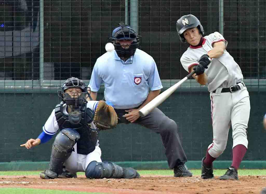 【八戸西―青森南】2回八戸西1死満塁、小清水海斗が走者一掃の三塁打を放つ=はるか夢