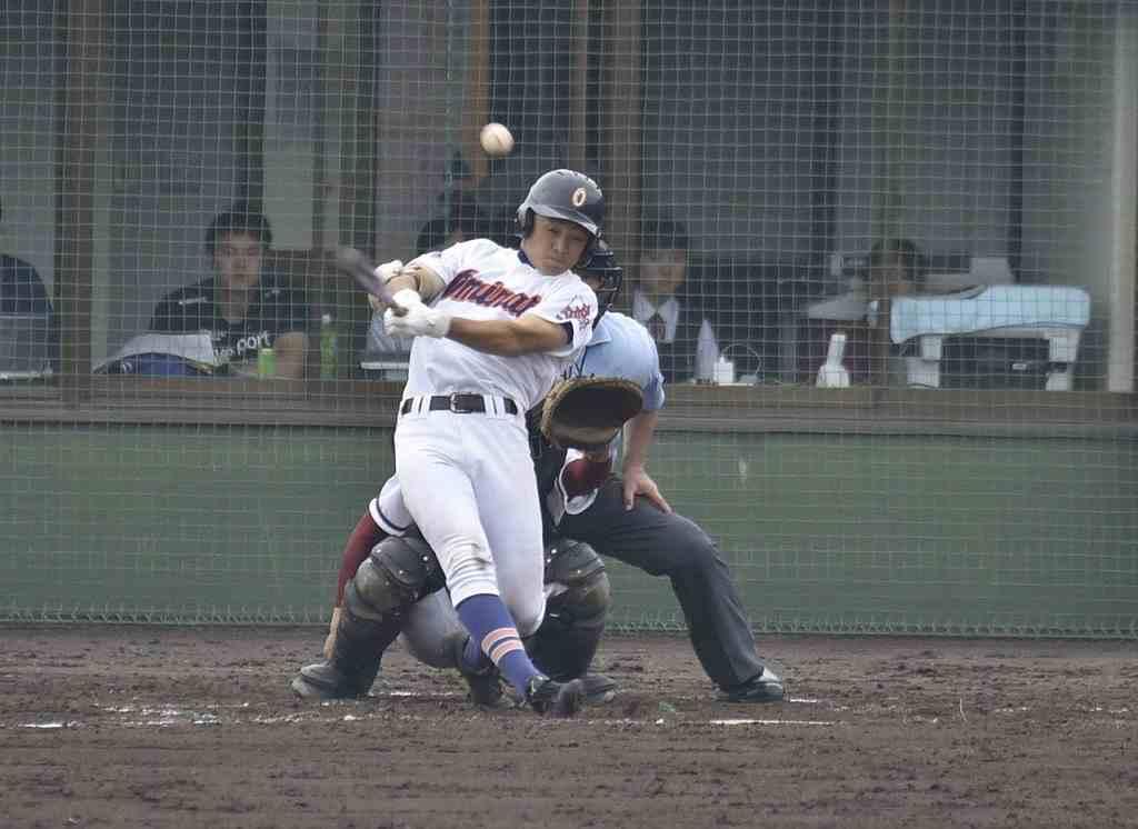 【大湊―ウルスラ】7回大湊2死満塁、坂井滉太郎が右前に2点適時打を放ち、7―3とリードを広げる=六戸メイプル