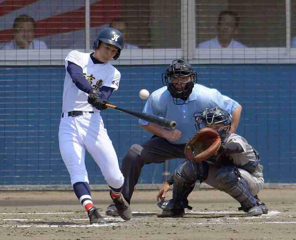 【八高専―五所工】7回、八高専は湯沢光が右中間へ三塁打を放つ=青森市営