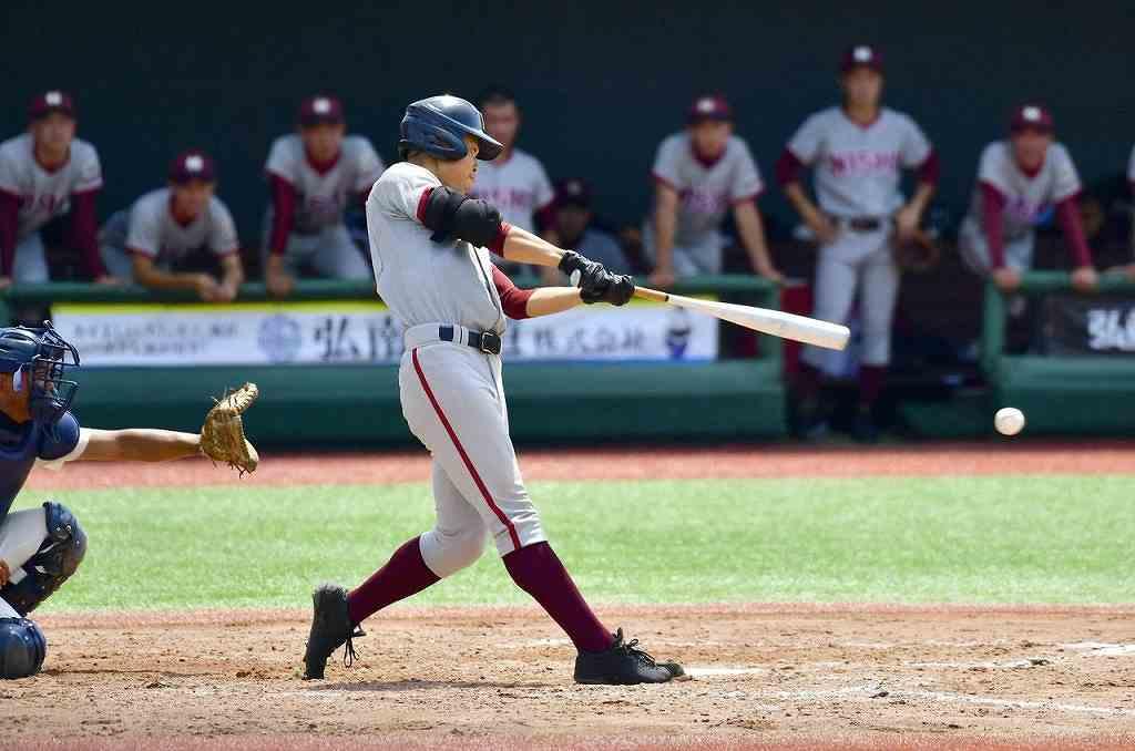 【八戸西―明の星】4回八戸西1死一、二塁、秋山達郎の右前適時打で1―2と追い上げる=はるか夢