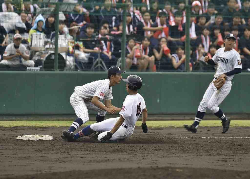 【大湊―青森商】3回大湊無死、中越え三塁打を放ち、滑り込む伊藤翼=六戸メイプル