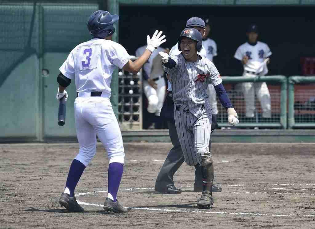 【弘学聖愛―上北連合】初回上北連合2死、法量千真(右)が右前打を放ち、送球がそれる間に本塁へ生還。1―1の同点に追い付き、尾ケ瀬竜汰とハイタッチする=六戸メイプル