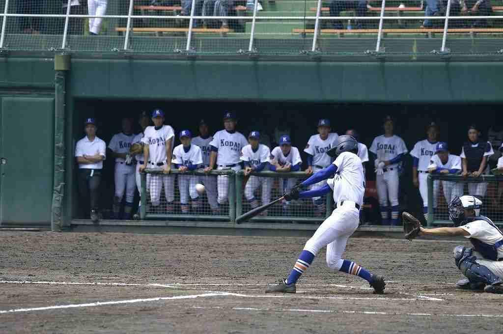 【東義―工大二】6回工大二2死一、三塁、竹林大輝が左中間へ適時打を放ち、2―7とする=六戸メイプル