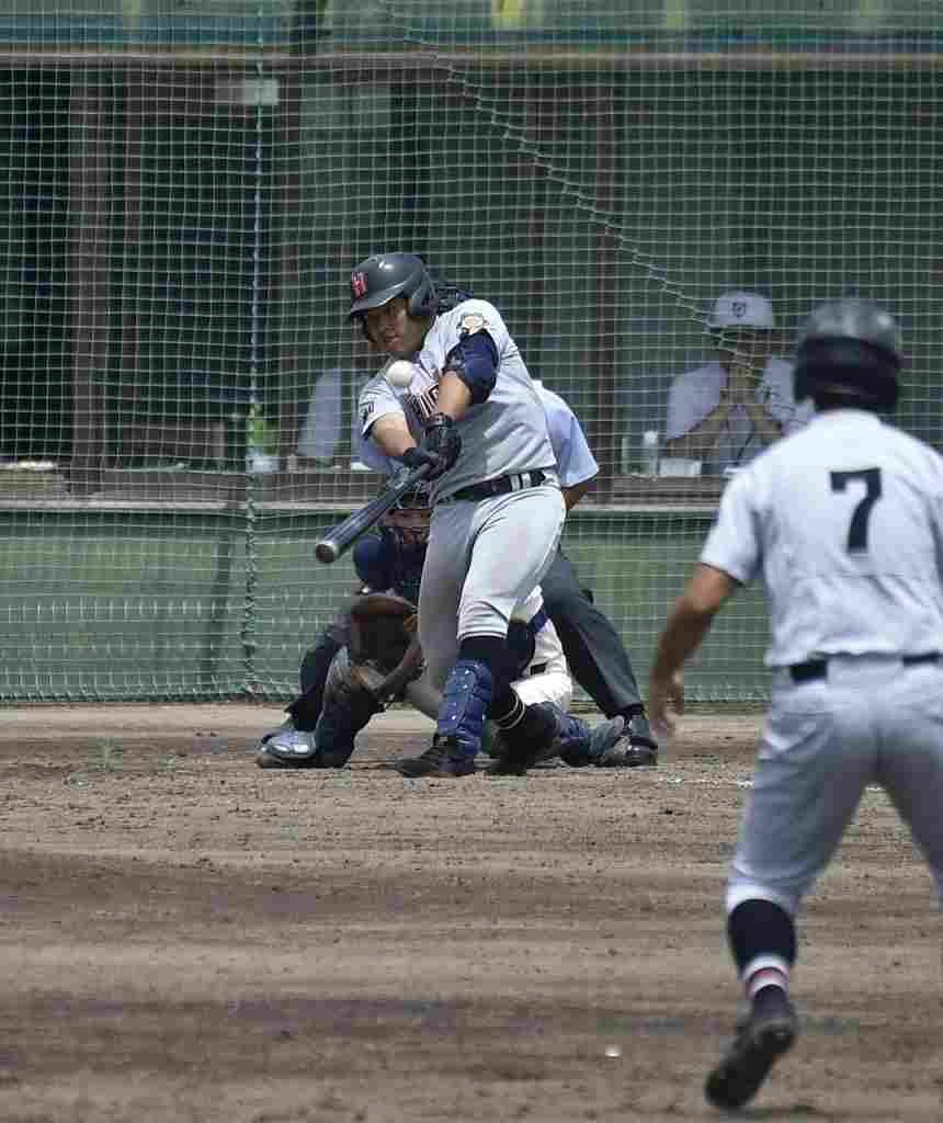 【東義―弘前東】5回弘前東1死満塁、細川一麻が左翼へ本塁打を放ち勝ち越す=六戸メイプル