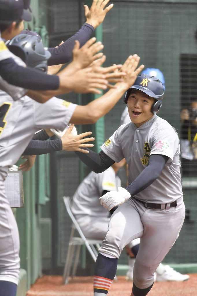 【青森―青森山田】初回青森山田2死一、二塁、上崎彰吾が右越え本塁打を放ち、0―4とする