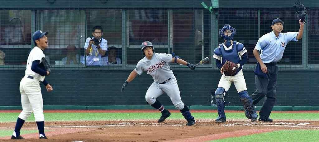 【聖愛-弘前東】6回弘前東2死、2打席連続の本塁打を放つ細川一麻(中央)