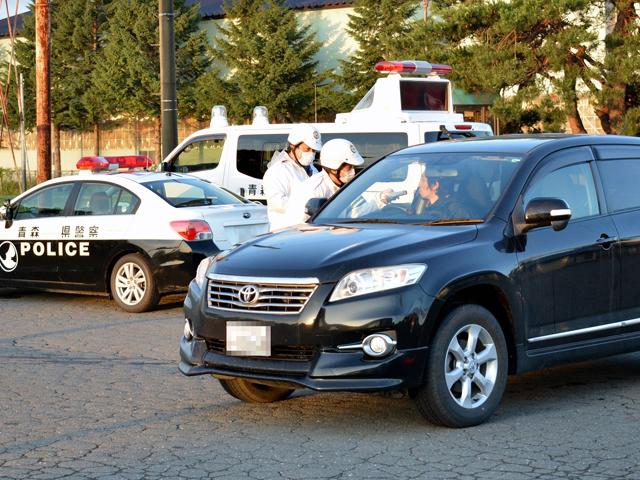 ドライバーの呼気を確認する十和田署員