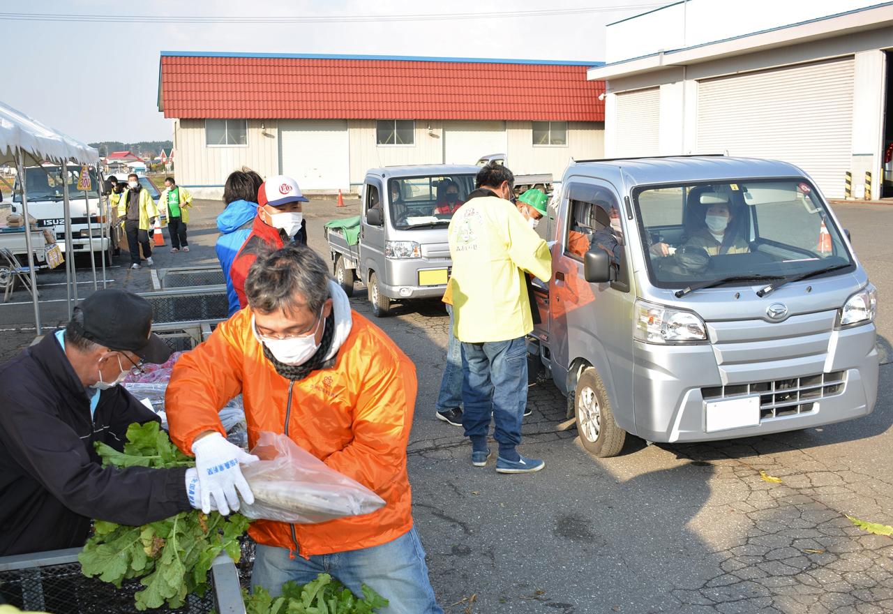 接触避けドライブスルーで野菜販売 農協青年部など農産物の販売PR企画/六戸地区